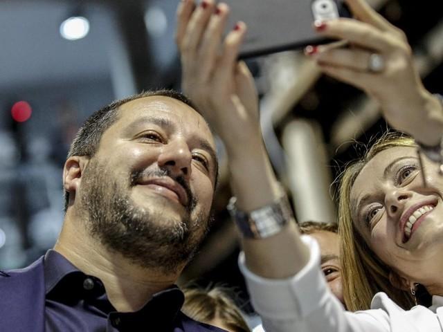 Matteo Salvini conquista la platea di Atreju, ma con Giorgia Meloni non c'è sintonia su primarie e legge elettorale