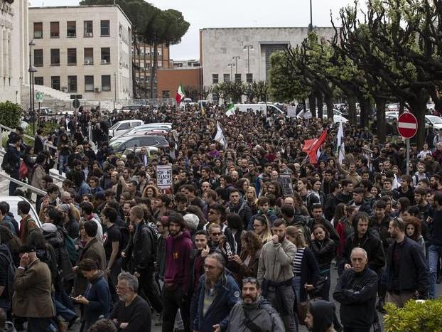 Mimmo Lucano alla Sapienza racconta il modello di accoglienza Fermate le contestazioni neofasciste