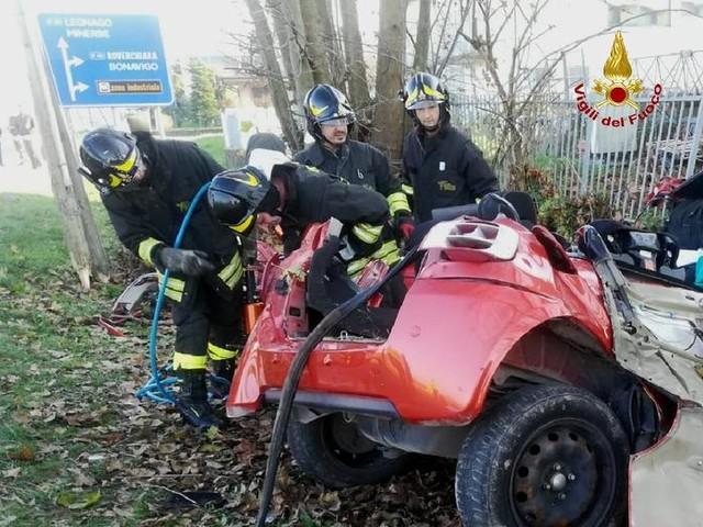 Auto contro un albero poi si disintegra su un muro: tre morti nel Veronese