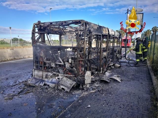 A fuoco autobus di linea a Parco Leonardo, nessun ferito
