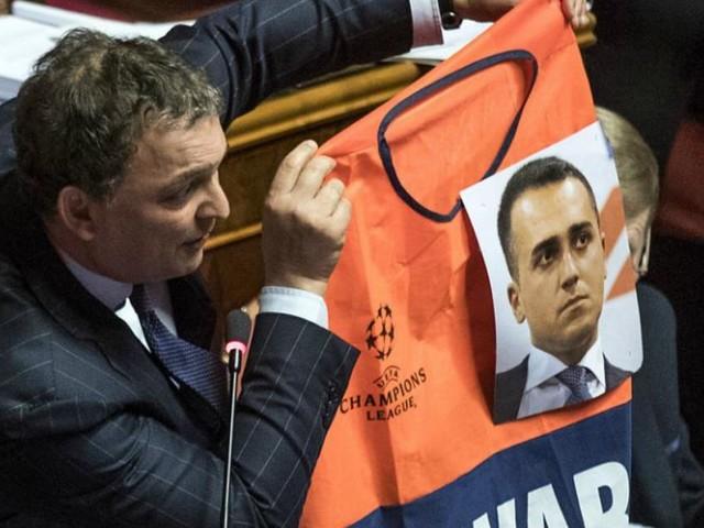 Decretone, il senatore Saccone (Fi) mostra un gilet da steward con la foto di Di Maio