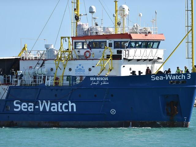 Sea Watch ora sfida Salvini ed entra in acque italiane