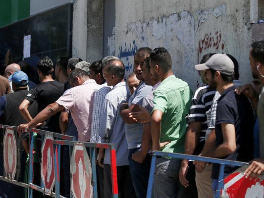Gli abitanti di Gaza in fila per ritirare gli aiuti dal Qatar