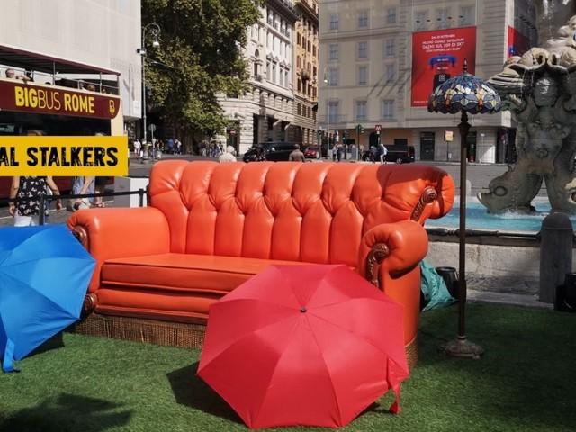 Gli oggetti di scena di Friends all'asta per beneficenza, dal divano arancione all'abito di Rachel