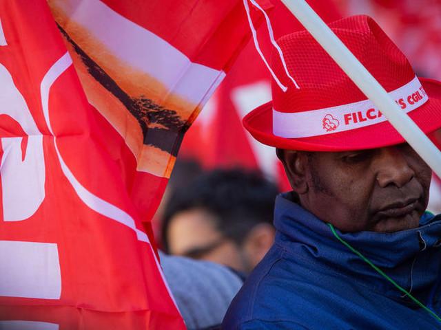 Pulizia delle scuole in piazza: la parola ai lavoratori