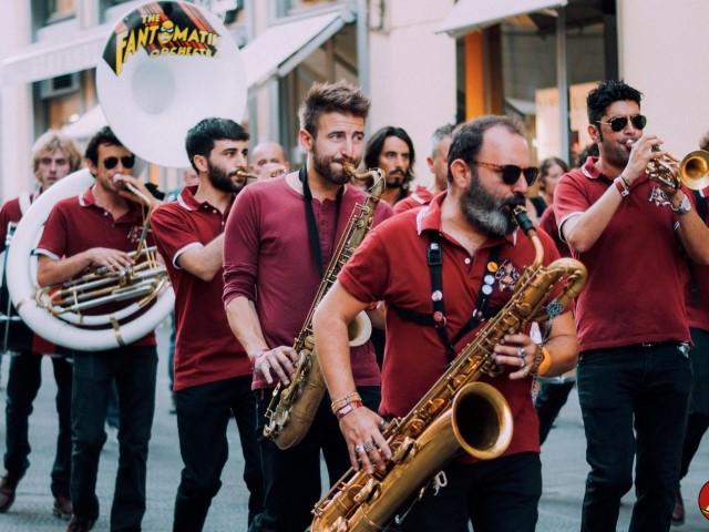 A Sanremo le Marching Band arrivano in città: tre pomeriggi di festa per un'esplosione di energia, divertimento e musica. Domenica la Fantomatik Orchestra