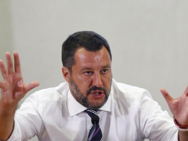 """Open Arms, Salvini smaschera i migranti: """"Almeno 8 sono maggiorenni"""""""