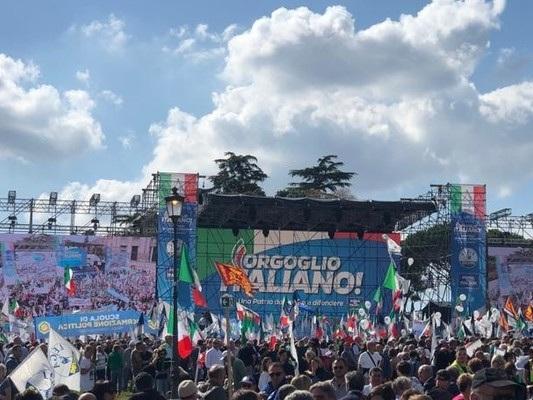 Centrodestra in piazza. È ancora gelo tra Salvini e Meloni