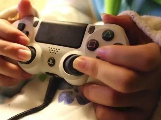 Una videogiocatrice giapponese fa impazzire il web giocando impugnando il controller al contrario