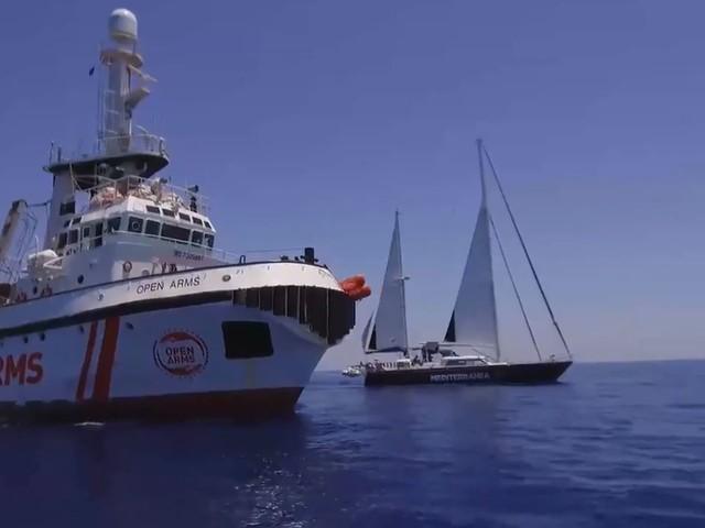 """L'Ong di Casarini """"strappa"""" migranti alla Libia. E li carica sulla barca a vela"""