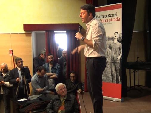 """Renzi a Bozzolo cercando """"un'altra strada per l'Italia"""": l'attacco al Governo e la memoria di don Primo"""