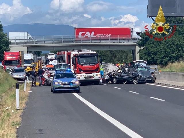 Tragedia sull'autostrada A1 ad Arezzo: auto contro tir, 4 morti tra cui bimba e neonato