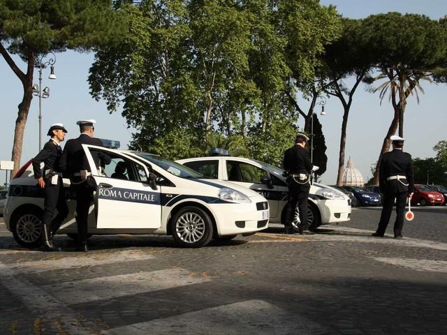 Roma, si getta tra le auto in corsa insieme al cane svenuto al guinzaglio
