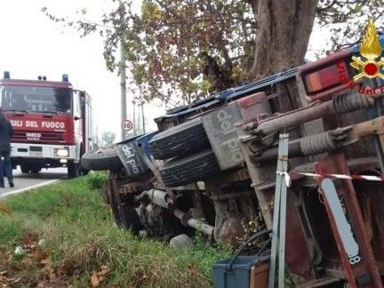 Pozzonovo: camion si rovescia, conducente ferito