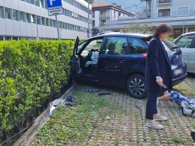 Macchina impazzita sbatte contro 4 auto e finisce dentro il parcheggio del palazzo della regione