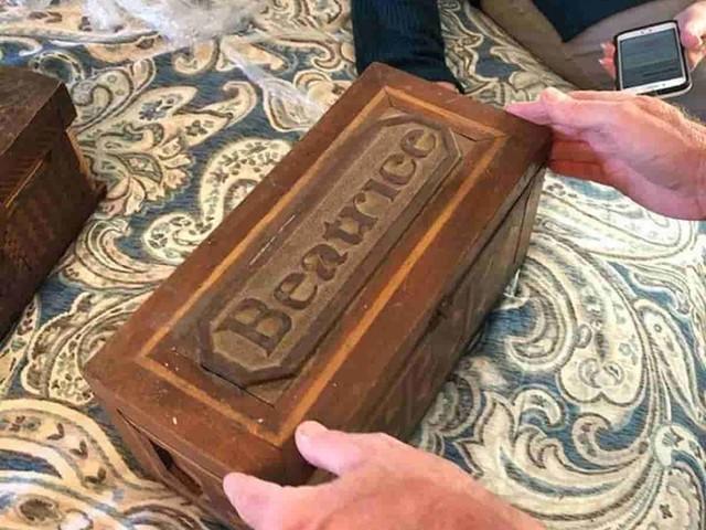 Le scatole misteriose del rapinatore di banche contengono un segreto straziante vecchio 100 anni