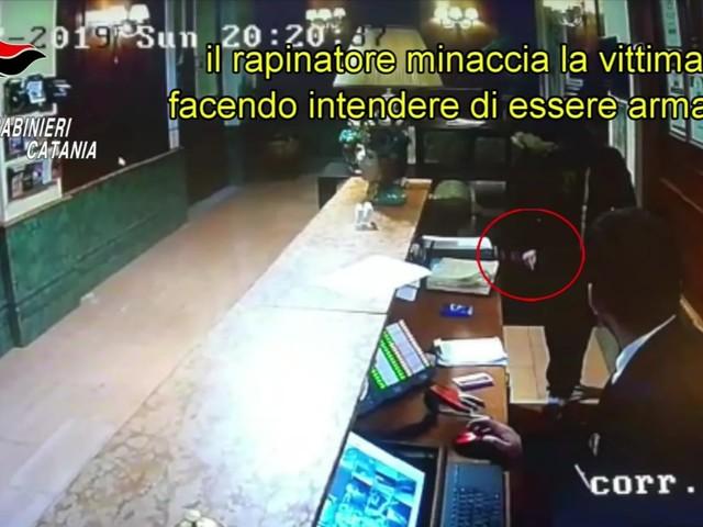 Entra in hotel e minaccia l'impiegato, arrestato rapinatore seriale