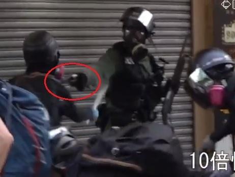Hong Kong, la polizia spara: un manifestante ferito. Evacuato il parlamento
