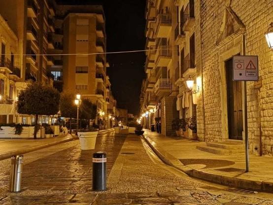 """Trani spegne la movida alle 22: chiuse strade e piazze del centro storico. Il sindaco: """"Tolleranza zero"""""""