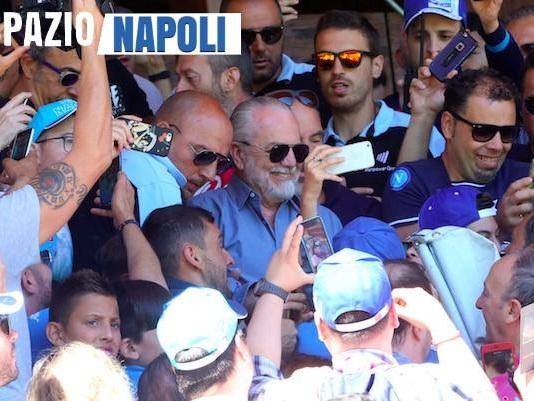 """Tifosi in delirio per l'arrivo di De Laurentiis, parte il coro: """"Portaci Cavani!"""""""