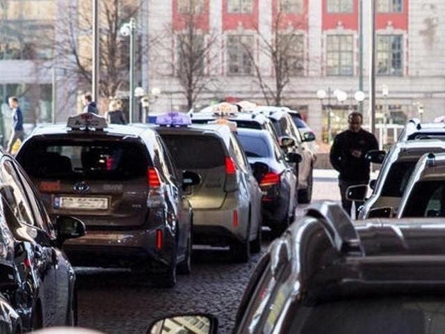 Auto elettrica, a Oslo i taxi si ricaricano per induzione