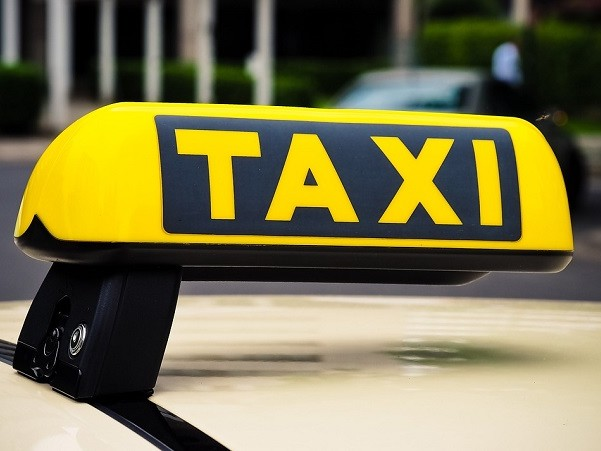 Taxista con cliente aggredisce poliziotto a Milano,arrestato