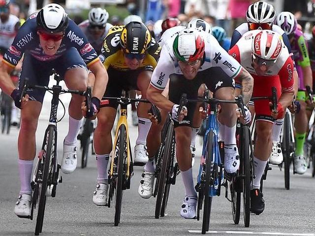 Ciclismo: Merlier beffa in volata Nizzolo e Viviani