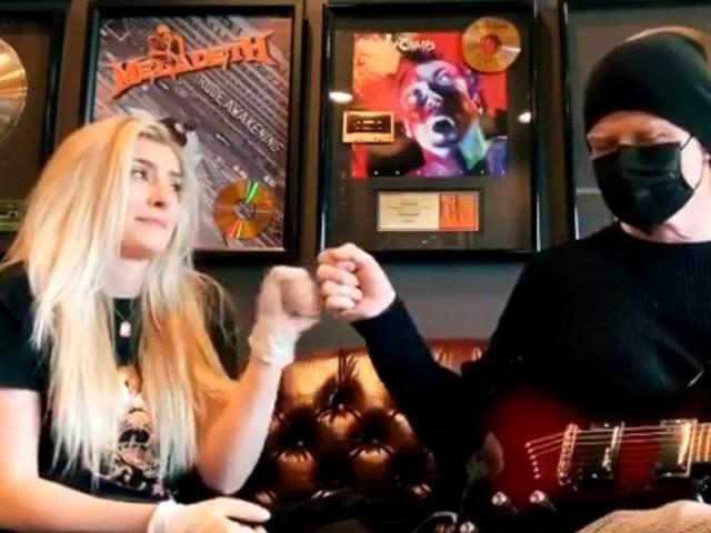Dave Mustaine e la figlia Electra suonano Come Together dei Beatles per il Coronavirus e l'Alzheimer (video)