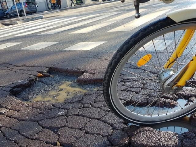 """Ciclista ferito in una buca, funzionaria del Comune di Torino condannata: """"Bastava mettere un cartello"""""""