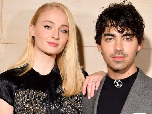La star de Il Trono di Spade Sophie Turner ha sposato Joe Jonas: ecco i video!
