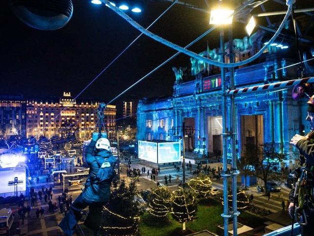 """A Natale si vola sulla piazza della Stazione Centrale: """"Zip line"""", show di luci e pista di pattinaggio"""