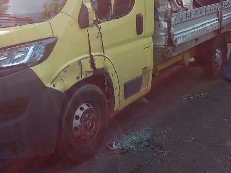 Scontro tra due furgoni sulla Feltrina: ferito incastrato tra le lamiere