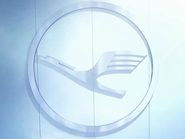 Lufthansa: la celebre cicogna blu e gialla sul punto di volare via.