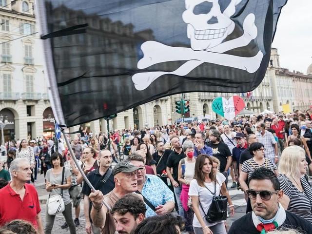 Il Green Pass si avvicina e nelle piazze si scatena la protesta non solo fascista
