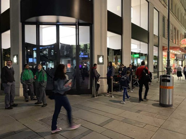 Code davanti agli Apple Store in attesa di iPhone 11