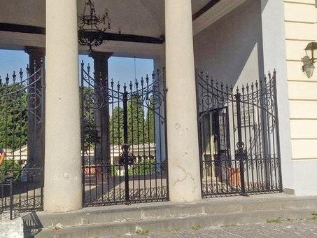 Madre suicida al cimitero di Pagani: non aveva superato il dolore per la morte del figlio