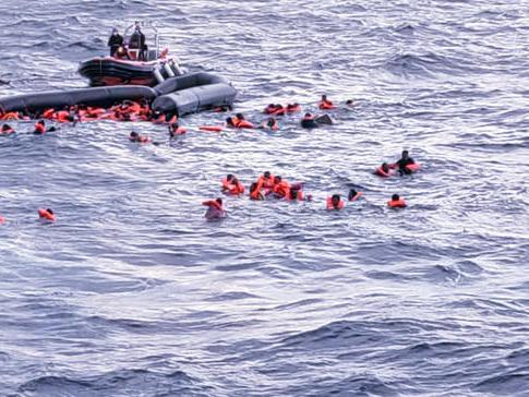 Migranti, altri naufragi: 74 morti Sarà sepolto a Lampedusa il neonato africano annegato