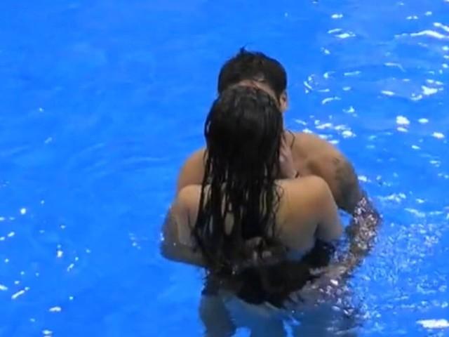 """Giulia Salemi e Pierpaolo Pretelli bacio rovente in piscina nella notte: """"Sono combattuta"""""""