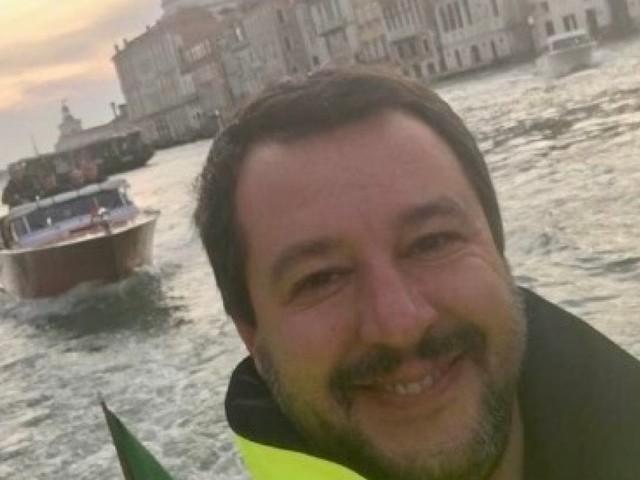 Maltempo, quella foto di Salvini sorridente che scatena polemiche sui social