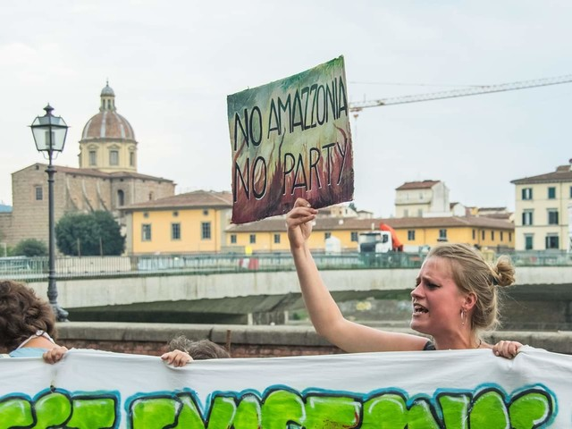 Sos Amazzonia, centinaia di giovani hanno manifestato al consolato del Brasile a Firenze