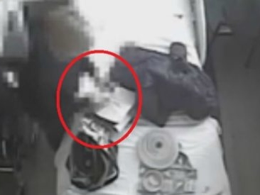 Cuneo, tenta di uccidere il marito avvelenandogli il cibo in ospedale: il video che incastra la moglie