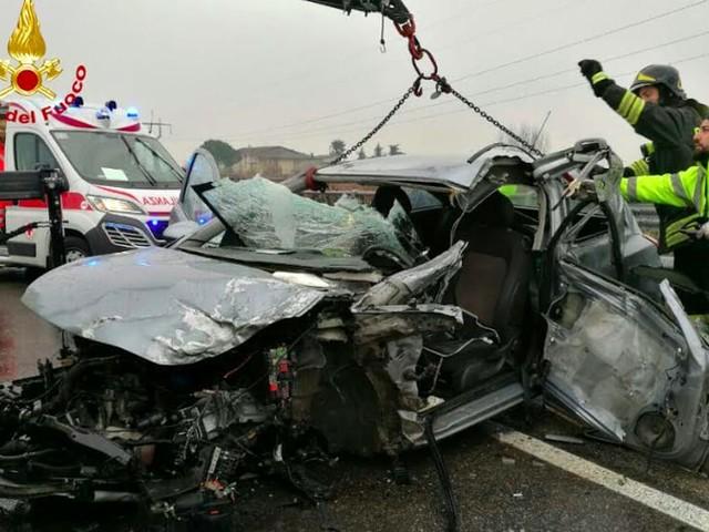 Scontro auto-tir nel Veronese: autocarro fuori strada, ferito un 22enne padovano