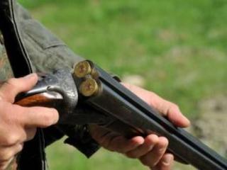 A caccia senza porto d'armi perché pregiudicato: ai domiciliari con l'amico che gli ha ceduto il fucile
