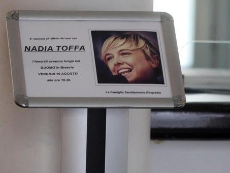 Nadia Toffa, in tanti alla camera ardente. Messaggio dai lavoratori dell'Ilva di Taranto