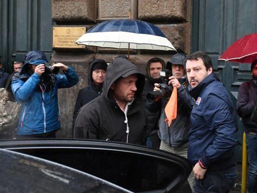 Napoli, Salvini al carcere di Poggioreale. «De Magistris? Non sa fare il sindaco»