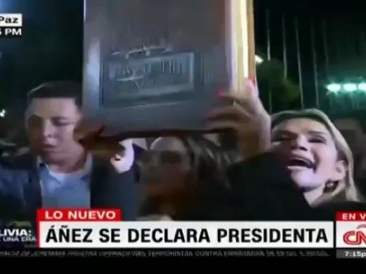 L'autoproclamata presidentessa boliviana agita la Bibbia come simbolo dei suprematisti bianchi