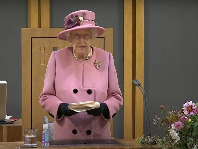 La regina Elisabetta in Galles per ringraziare gli eroi della pandemia