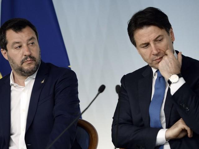 """Open Arms, sbarcano i 27 minori. Salvini dopo la richiesta di Conte: """"Cedo mio malgrado"""""""