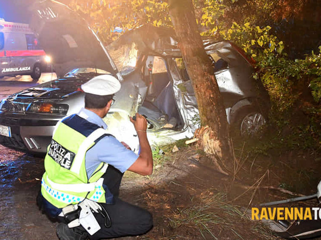 Sciagura di Ferragosto: schianto fatale contro un albero, muore un 18enne