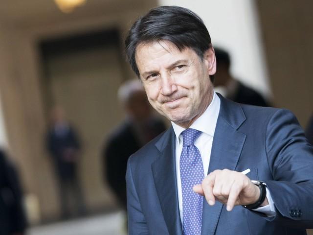 Conte annulla il viaggio a Davos e resta a Roma: il governo è a rischio?